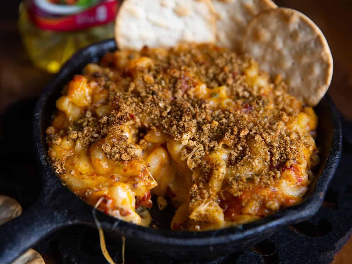 Servirlas con el resto de la salsa, crema, queso y cebolla al gusto.